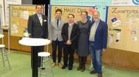 Die jüngste Europaparlamentarierin diskutiert mit Schülern